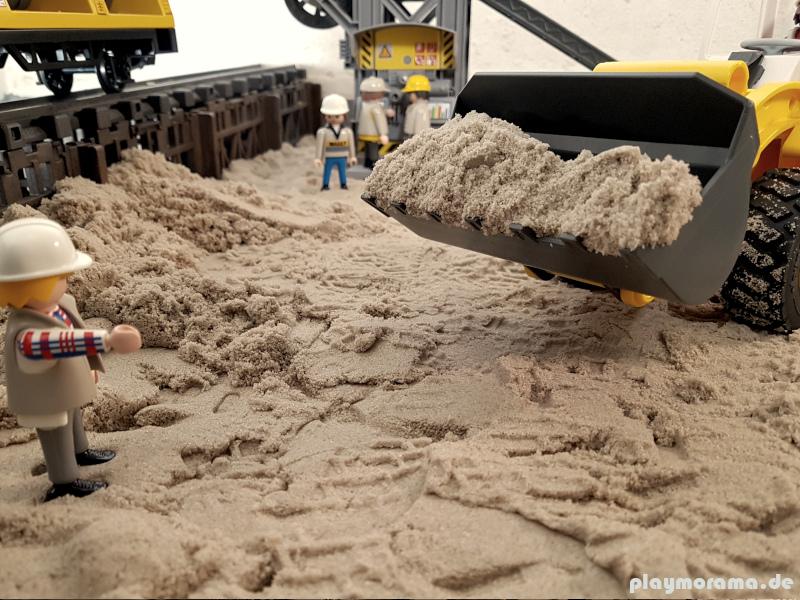 Radlader 4038 mit Sand in der Schaufel