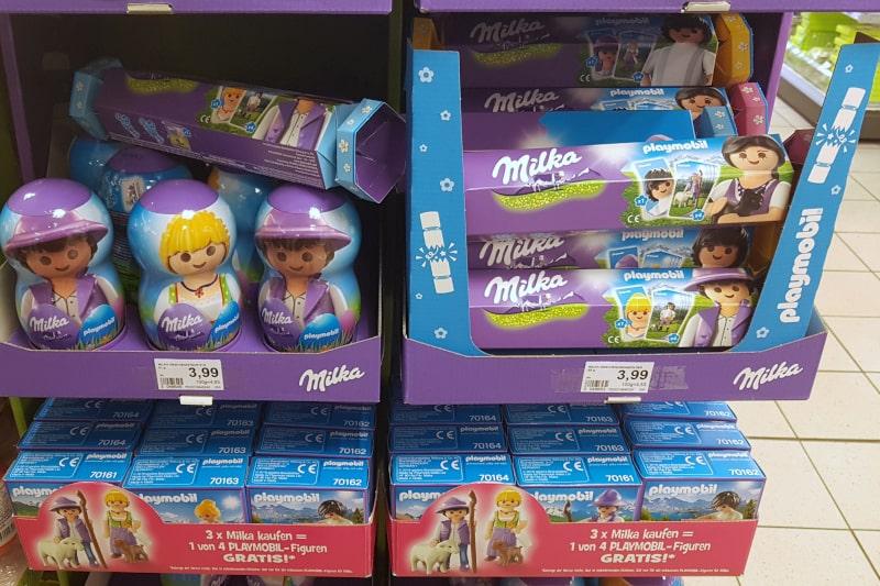 Display Milka-Playmobil Aktion. Zur Osterzeit 2019 gibt es diverse Playmobil-Promotion Produkte von Milka