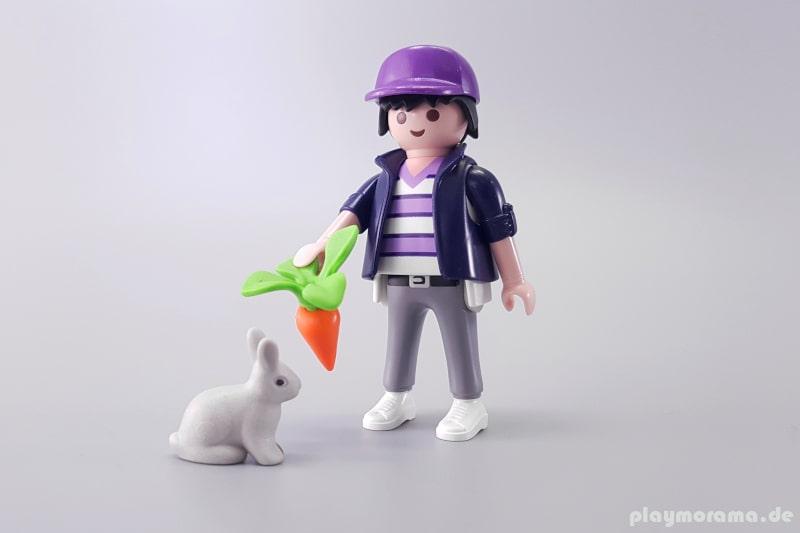 70289 - Mann mit Baseball Cap und Kaninchen