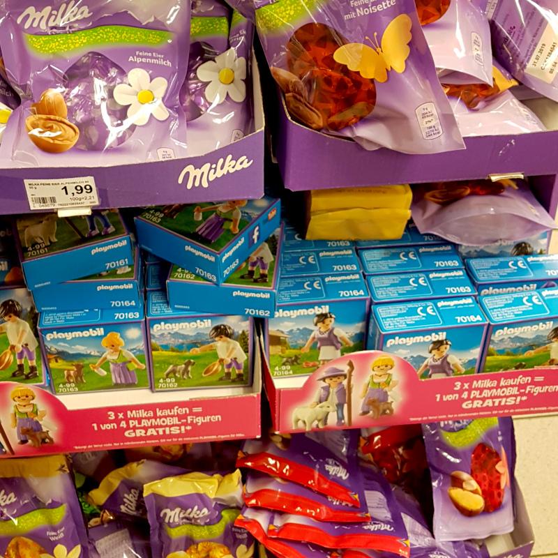 """Milka-Display zur Osteraktion mit Playmobil: """"3x Milka kaufen = 1 von 4 Playmobil-Figuren gratis"""""""