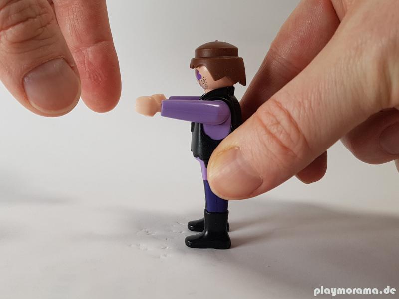 Die Arme der Playmobil-Figur werde nach vorne gerichtet