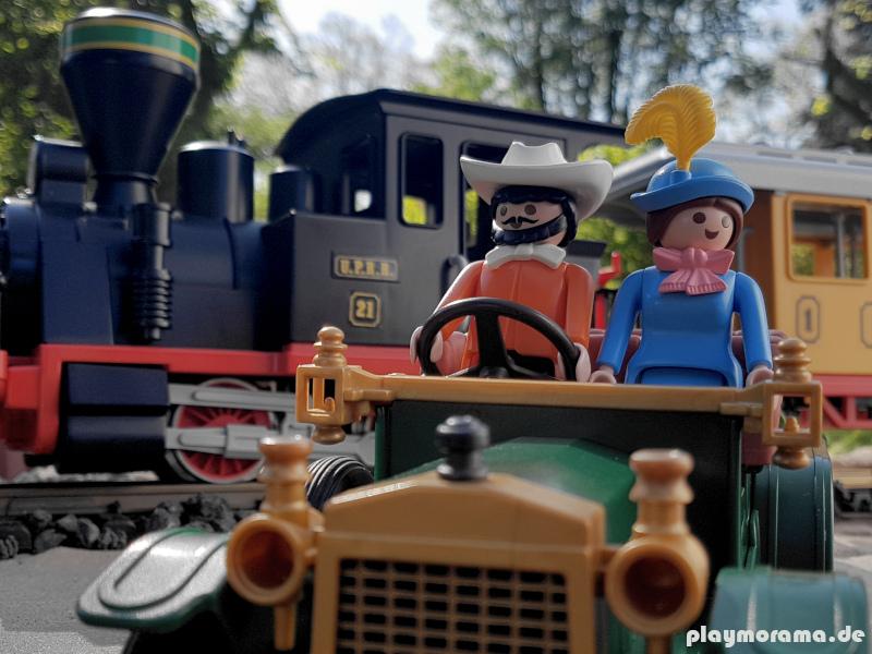 Oldtimer mit Figuren vor dem Playmobil Westernzug 3958