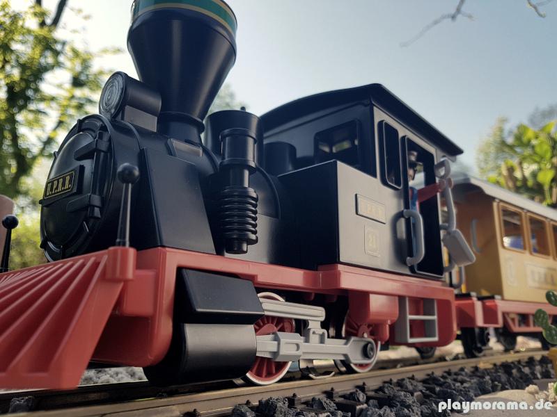 Playmobil Westernzug 3958 fährt durch den Garten