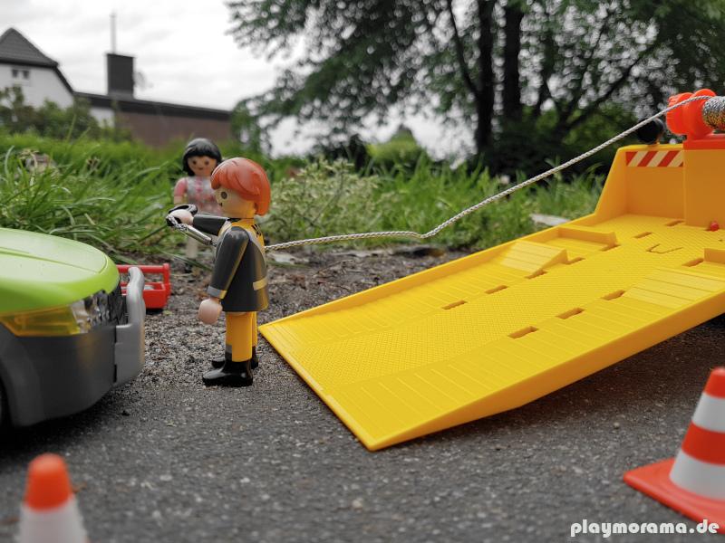 Die Seilwinde zieht den Wagen auf den Abschleppwagen