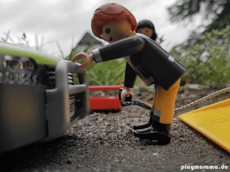 Der Abschlepphaken wird am Playmobil Sportwagen befestigt
