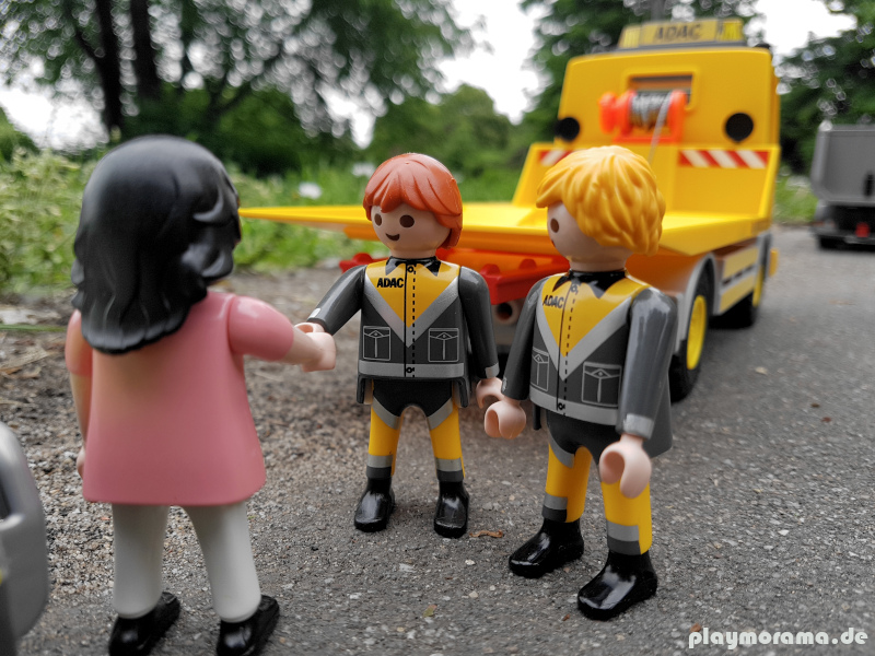 Die Pannenhelfer erkundigen sich am Unfallort
