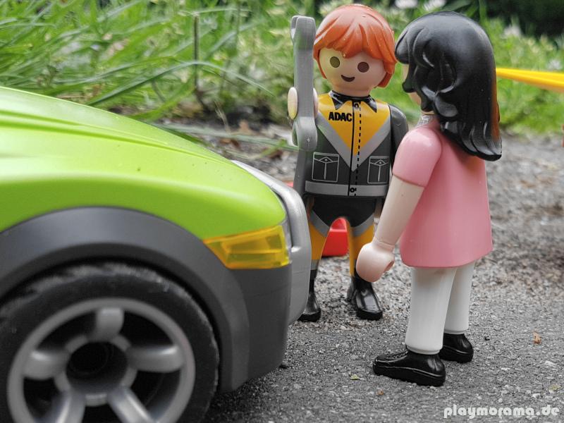 Der Pannenhelfer schaut sich den Wagen an