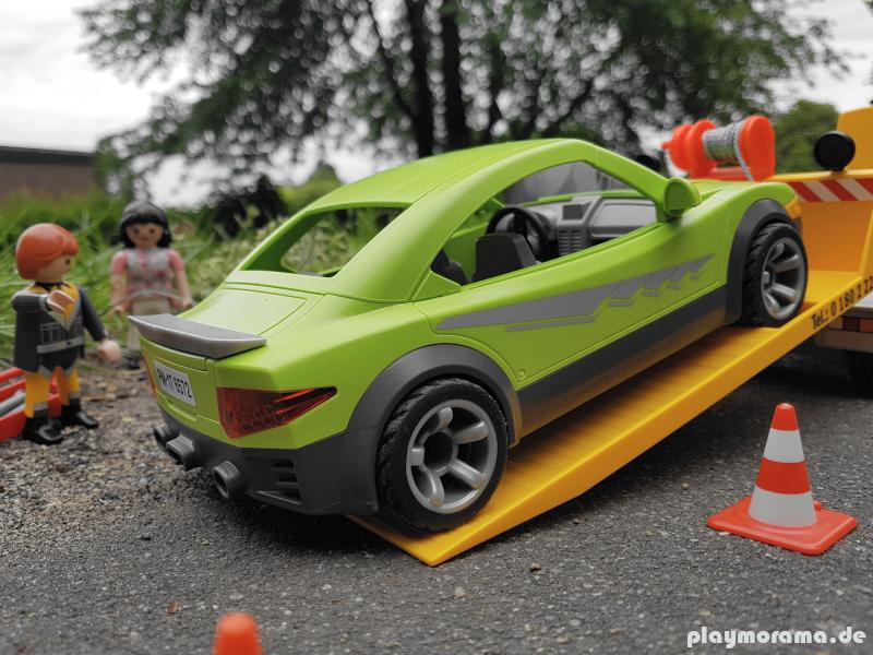 Playmobil Sportwagen auf Verschiebeplateau des ADAC Abschleppwagen gezogen