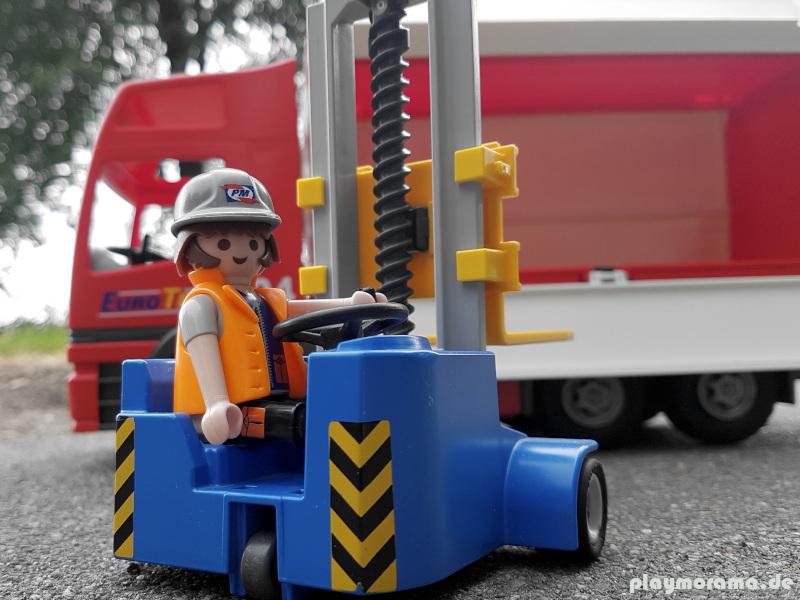 Der rote Eurotrans LKW wird von einem Gabelstapler beladen