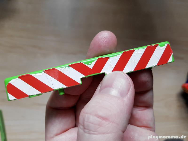 Zerkratzter und spröder Aufkleber auf einem Playmobil-Teil