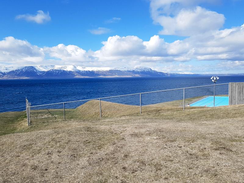 Ausblich auf das Thermalbad in Hofsos (Island)