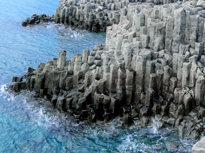 Basaltsäulen an der Küste des Skagafjördur bei Hofsos in Island