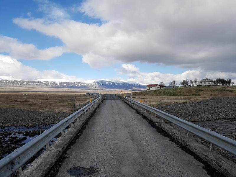 Fahrt über eine für Island typische schmale Brücke in Siglufjarðarvegur