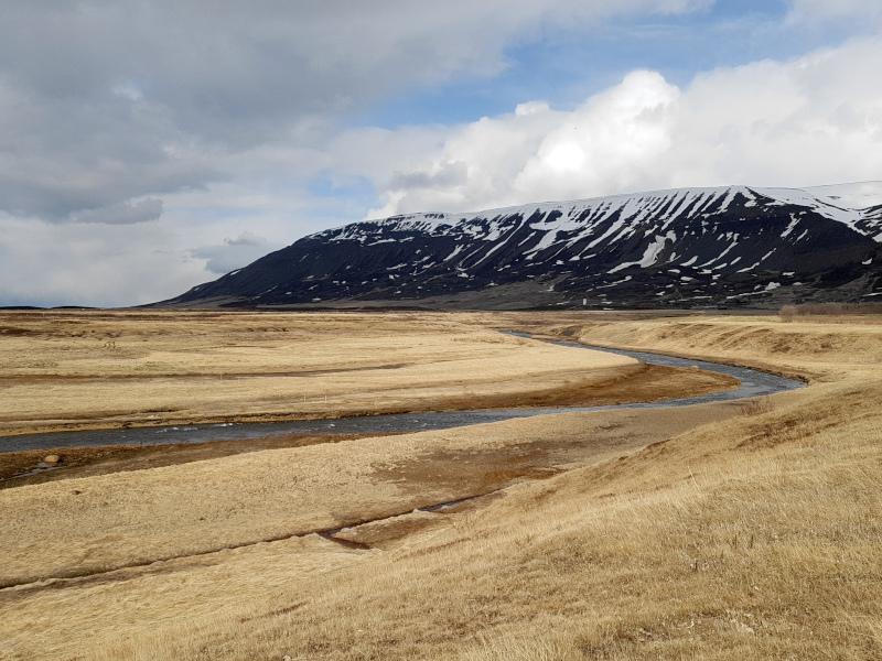 Der Fluss Hófsá mündet hier ins Meer.