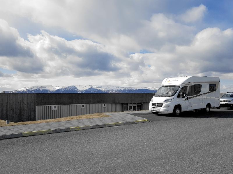 Wir parken unseren Camper direkt vor dem Thermalbad in Hofsos
