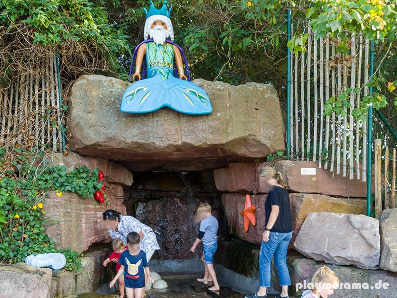 """Durch das Königreich der Meerjungfrauen schlängelt sich von der """"geheimnisvolle Kristallgrotte"""" mit einem Wasserfall ein kleiner künstlicher Fluss"""