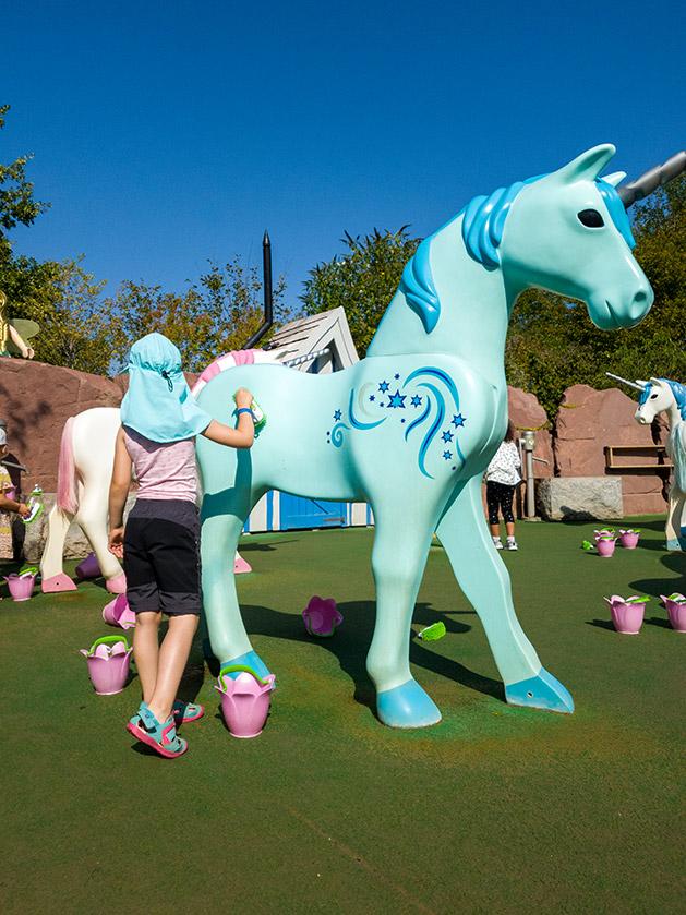 Ein großes türkisfarbenes Playmobil Einhorn im zauberhaften Feenlandwird wird gestriegelt.