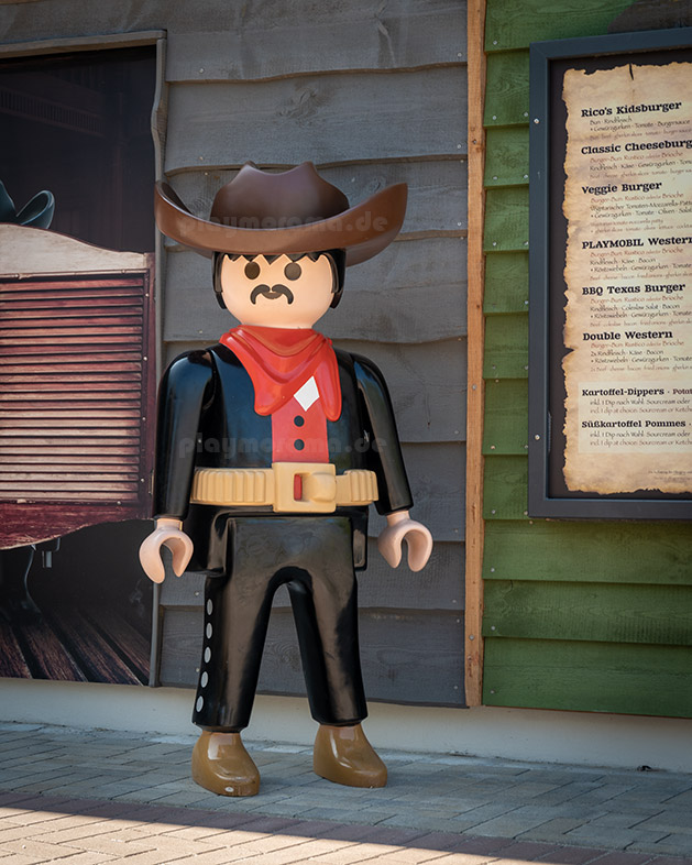 Playmobil-Cowboy vor dem Western-Saloon in Playmobil Western City