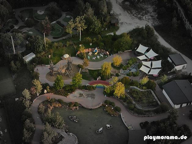 Zauberhaftes Feenland im Playmobil Funpark. Drohnen-Foto von oben.